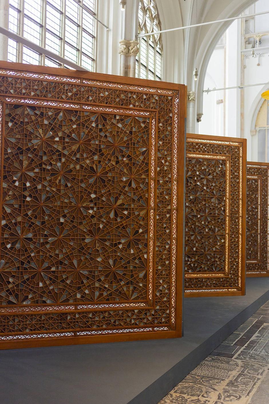 Wo Muster politisch werden: Oscar Murillos Wandschirme mit orientalischen Ornamenten in der Kirche.