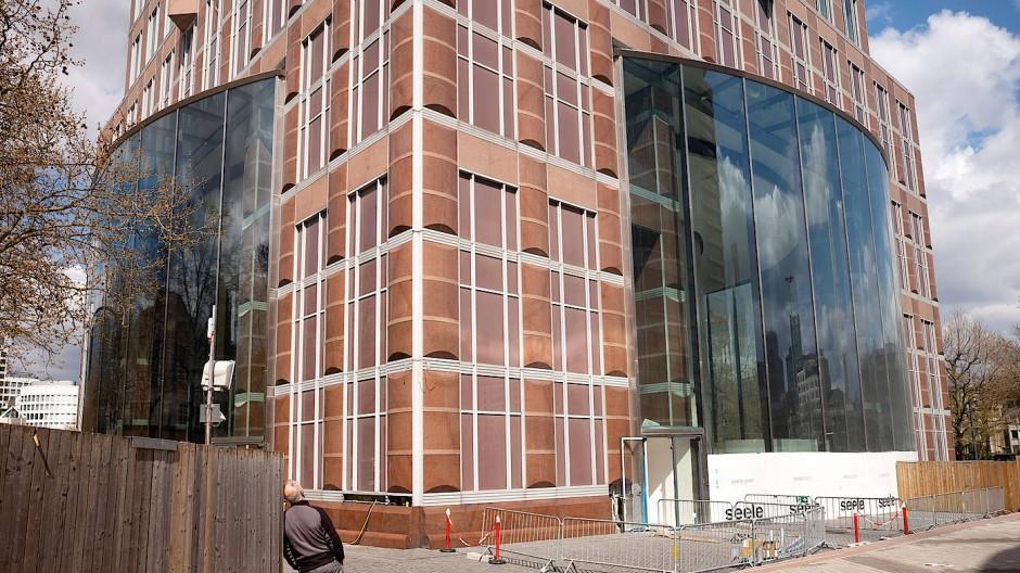 Aufgebläht: Die neue Glasrotunde im Sockel des Frankfurter Messeturm wirkt wie ein Fremdkörper.