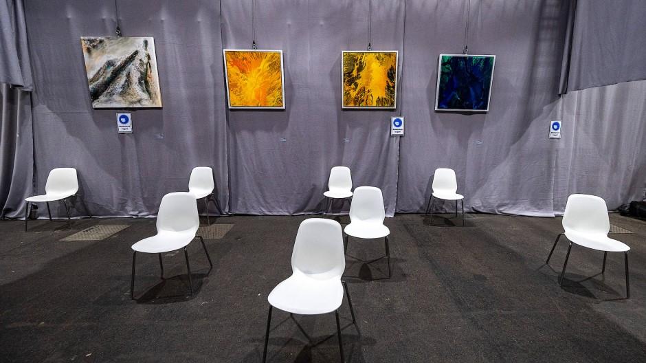 Coronalähmung ist grausam, Blickimpfung ist süß: Im Impfzentrum der niederbayerischen Straubing sind in der Messehalle rund achtzig Gemälde, Objekte und Installationen von zweiundvierzig Künstlern zu sehen.