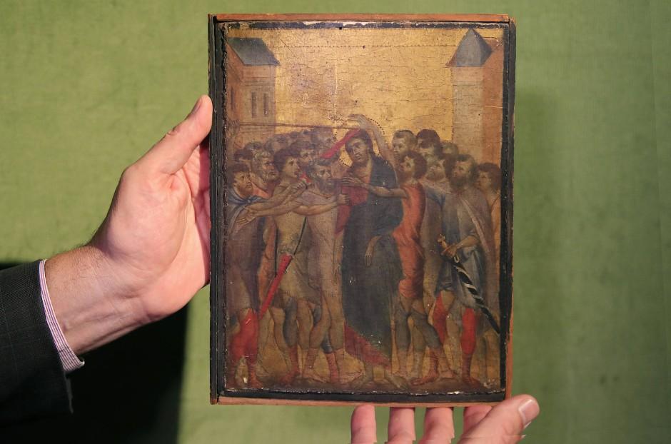 So klein kann ein Meisterwerk sein: Der Kunstexperte Stephane Pinta hält das kleinformatige Tafelbild auf Pappelholz kurz vor der Versteigerung am 27. Oktober 2019 in Händen