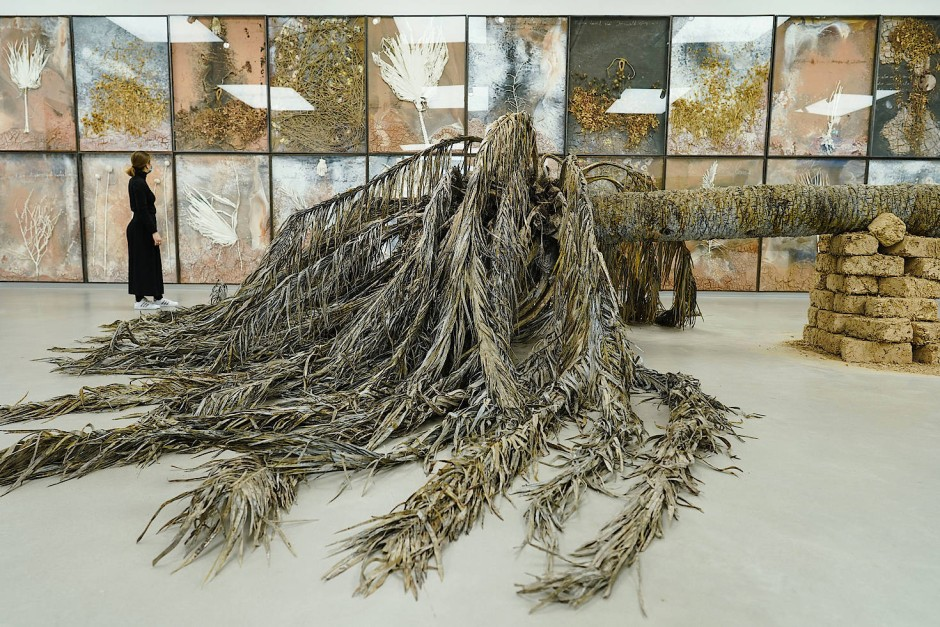 """Man will sie berühren und würde doch nur merken, dass sie Wedel für Wedel täuschend echt aus """"Kunst-Stoff"""" geschaffen wurde: Anselm Kiefers vierzehn Meter lange Installation """"Palmsonntag"""", aufgesockelt allerdings auf echten Lehmziegeln."""