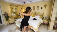 Xue Qiwen spielt Golf in ihrem Luxus-Appartement in Shanghai.