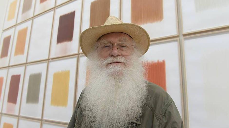 Tonig: Der Künstler Herman de Vries vor seinen Erdabrieb-Bilder im niederländischen Pavillon der 56. Biennale von Venedig.