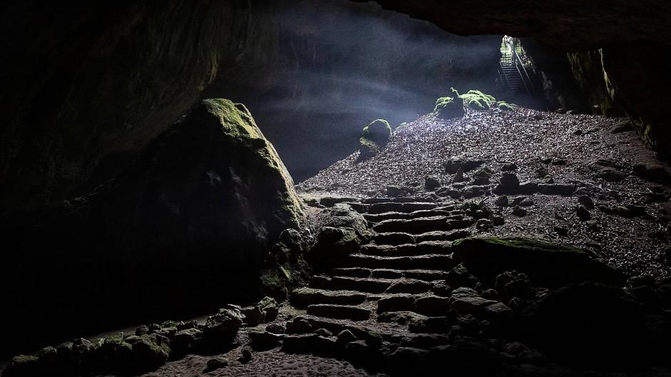 """Man nennt sie auch die """"Blaue Grotte"""": Die Einhornhöhle in der Nähe des niedersächsischen Scharzfeld gilt als Schlüsselfundplatz für die Erforschung des Neandertalers im Norden."""