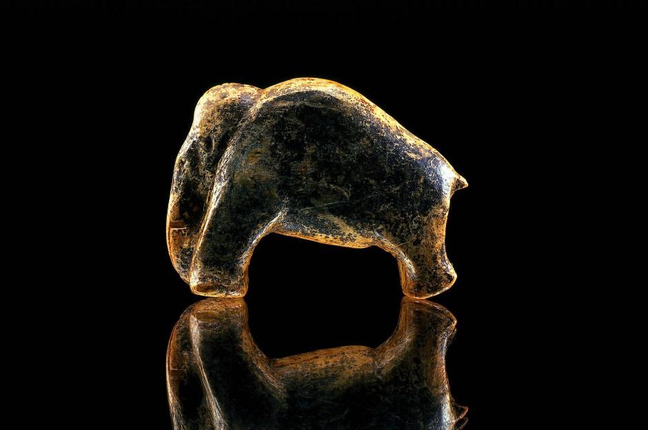 Zweifelsohne große Kunst: Auch das aus dem Stoßzahnmaterial des Tieres geschnitzte Mammut aus der schwäbischen Vogelherdhöhle ist fast vierzigtausend Jahre alt.