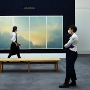 """Sotheby's-Mitarbeiter vor """"Wolken (Fenster)"""" von Gerhard Richter aus der Auktion """"Rembrandt to Richter""""."""