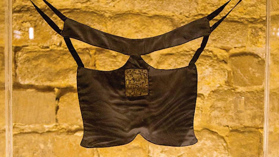 """Ghada Amer, """"Borqa"""", 1997, Seide und schwarze Perlen, 80,6 mal 70,5 Zentimeter."""
