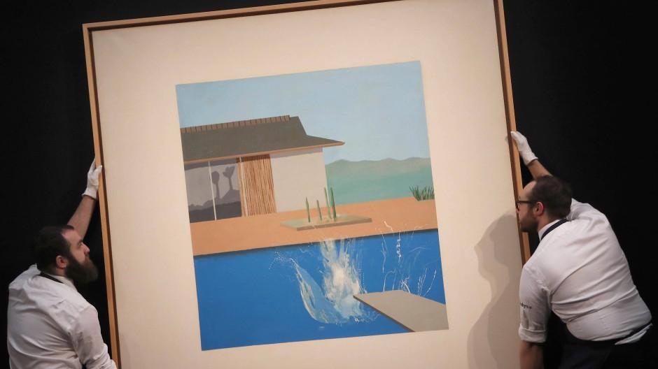 """Nicht in Schieflage geraten: Zwei Mitarbeiter transportieren David Hockneys """"The Splash"""", das im Februar bei Sotheby's versteigert wurde."""
