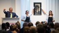 """Auf der Auktion - Das Gemälde """"Weibliche Kopf in Blau und Grau (Die Ägypterin)"""" von Max Beckmann wurde für einen wahren Rekordpreis versteigert."""