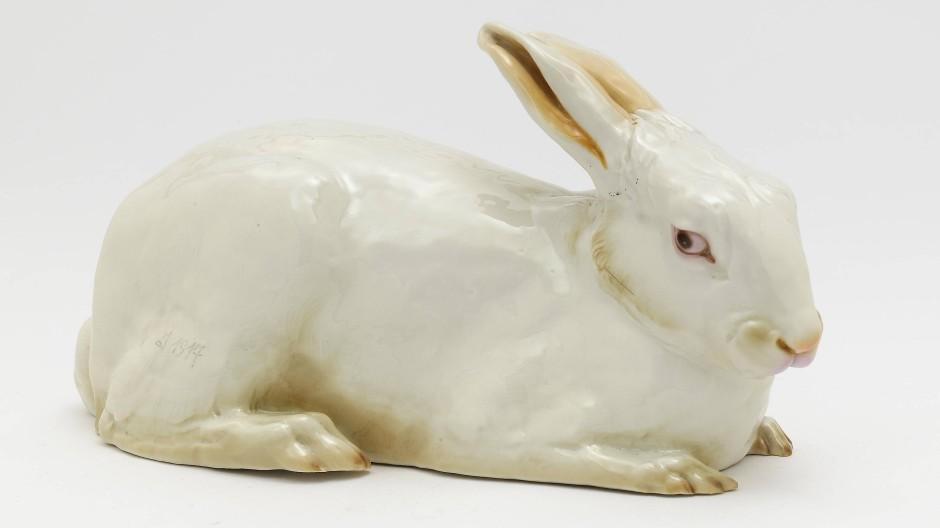 Passend zur Jahreszeit: Liegendes Kaninchen, Nymphenburg, um 1917, Modell von Isabella von Bayern um 1917, Porzellan, Höhe 13 cm, Zuschlag 5000 Euro (Taxe 600/700 Euro).
