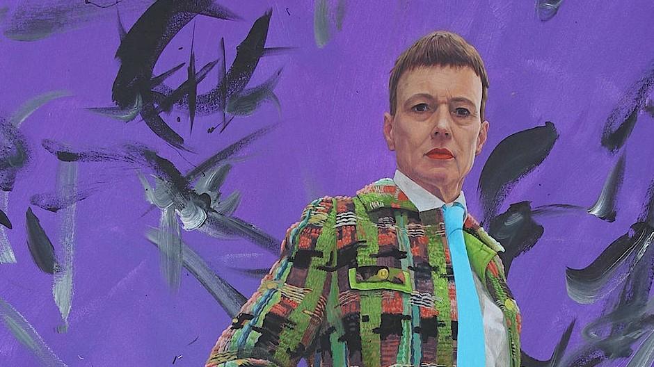"""Professorin und Künstlerpersona: Ashley Hans Scheirl, """"Selbstportrait mit Pinsel"""", 2018, Acryl auf Leinwand, 175 mal 130 Zentimeter."""