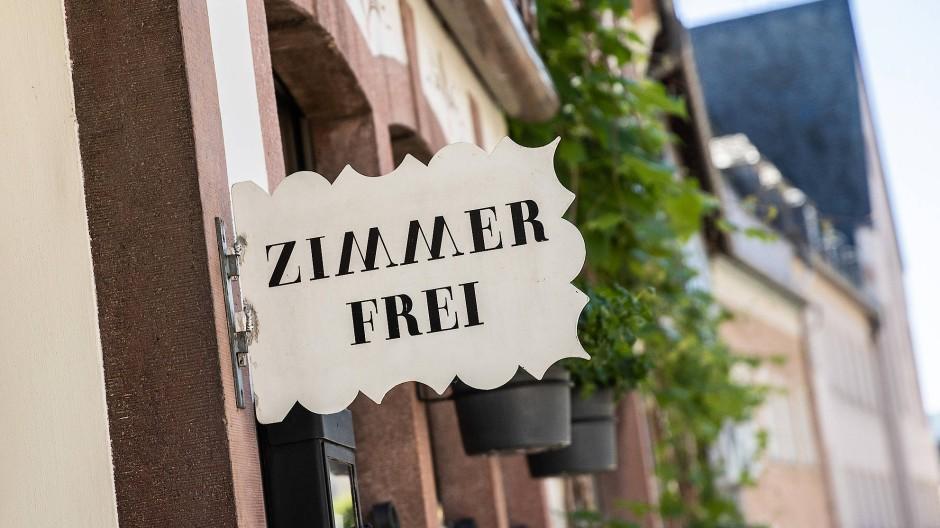 Wir dürfen wieder ins Hotel. Noch sind Zimmer frei, wie hier in Rüdesheim am Rhein.