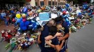 Nach den tödlichen Schüssen: Trauernde an der provisorischen Gedenkstätte vor dem Polizeihauptquartier von Dallas.
