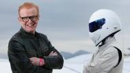 """Boxenstop: Chris Evans und der Mann mit dem Helm, genannt """"The Stig""""."""