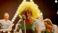 """Maren Kroymann in der Pop-Revuenummer """"Wir sind die Alten"""""""