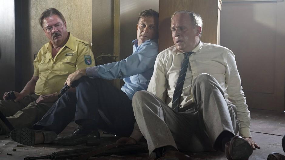 Unter Beschuss: Peter Kurth, Jörn Hentschel und Ulrich Tukur (von links) spielen die Polzeibeamten, die auf der Wache 08 in höchste Bedrängnis geraten.