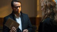 Verbotenes Buch? Der Anwalt Vernau (Jan Josef Liefers) rätselt, was es mit der Schul-Lektüre auf sich hat.