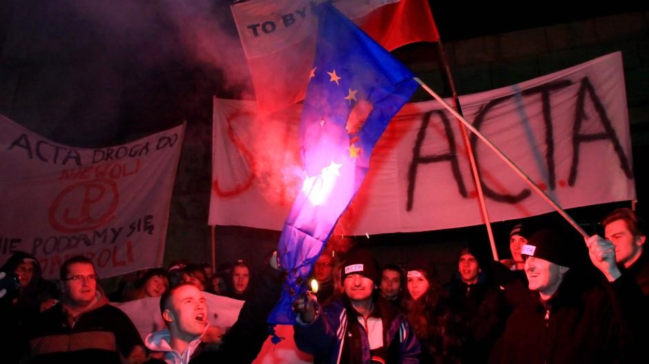 Mit Protesten im Internet fing es an, dann zogen Regierungen zurück, jetzt taktiert die EU: Der erste Acta-Aufruhr in Polen
