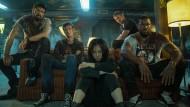Nach einem Blutbad auf dem Sofa: William (Karl Urban, von links), Hughie (Jack Quaid), Kimiko (Karen Fukuhara), Frenchie (Tomer Kapon) und Marvin (Laz Alonso)