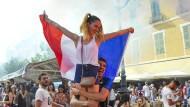 Vive la France: Auch in Nizza war der Sieg der französischen Nationalmannschaft über Uruguay nichts als Anlass für unbändige Feierlaune.