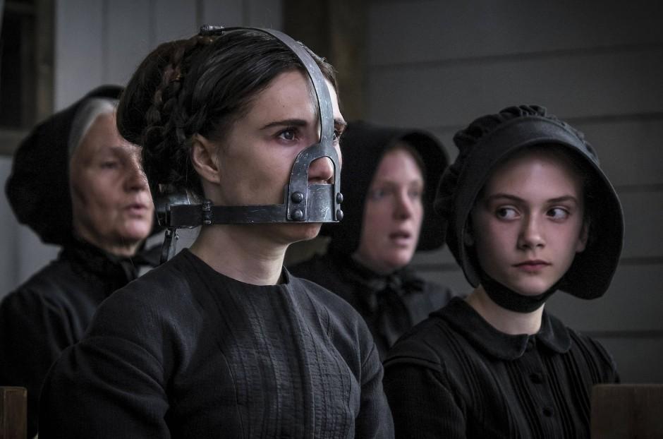 Gedemütigt vor aller Augen: Der Reverend hat seiner Frau Anna (Candice van Houten) einen eisernen Knebel aufgezwungen.
