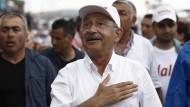 """""""Wenn die Gerichte nicht in der Lage sind, der Gerechtigkeit zu dienen, steht man auf und geht auf die Straße"""": Kemal Kilicdaroglu."""