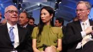 Bei einem Wirtschaftstreffen der G-8 im Mai 2011 haben Rupert Murdoch (l.) und Eric Schmidt sicherheitshalber Murdochs Ehefrau Wendy in die Mitte genommen