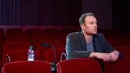 """Im falschen Film: Immer wieder sieht sich Robert Karow (Mark Waschke) in einem Vorführraum der Berlinale den Film """"Meta"""" an."""