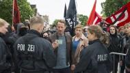 Ihren Ausweis, bitte: Für die LKA-Beamten Thorsten Falke (Wotan Wilke Möhring) und Julia Grosz (Franziska Weisz) gibt es ein Durchkommen.