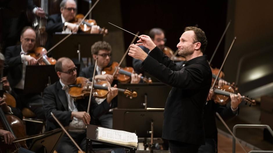 Ein emotionaler Abend: Kirill Petrenko scheint sichtlich erfreut darüber zu sein, wieder vor Publikum dirigieren zu dürfen.