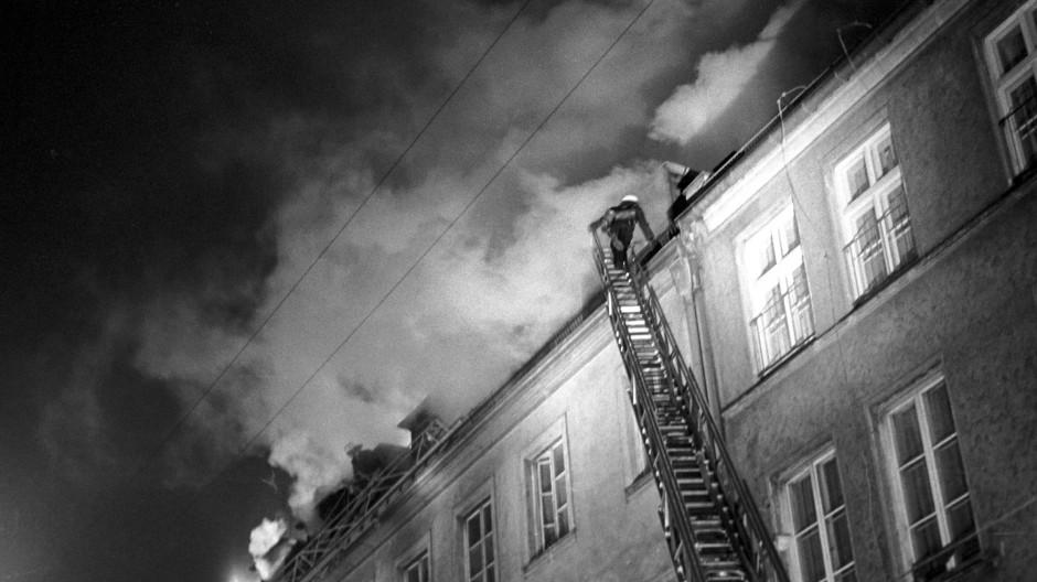 Um 20.48 Uhr am 13. Februar 1970 geht bei der Münchner Feuerwehr der Alarm ein: Das jüdische Altersheim brennt. Mehr als vierzig Menschen können gerettet werden, sieben kommen ums Leben