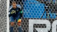 """""""Da hilft dir meistens keiner mehr"""", sagt Manuel Neuer. Im Spiel gegen Mexiko halfen ihm seine Vorderleute über neunzig Minuten so gut wie gar nicht."""