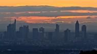 Die Stadt und die Wolke: Sonnenaufgang über Frankfurt am Main