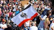Berlin, 29. August: Ein Teilnehmer der Demonstration gegen die Corona-Maßnahmen der Bundesregierung schwenkt die Reichsflagge.