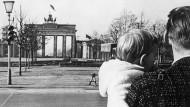 Beginn des Mauerbaus: Blick auf das Brandenburger Tor vom Osten aus, im Oktober 1961.