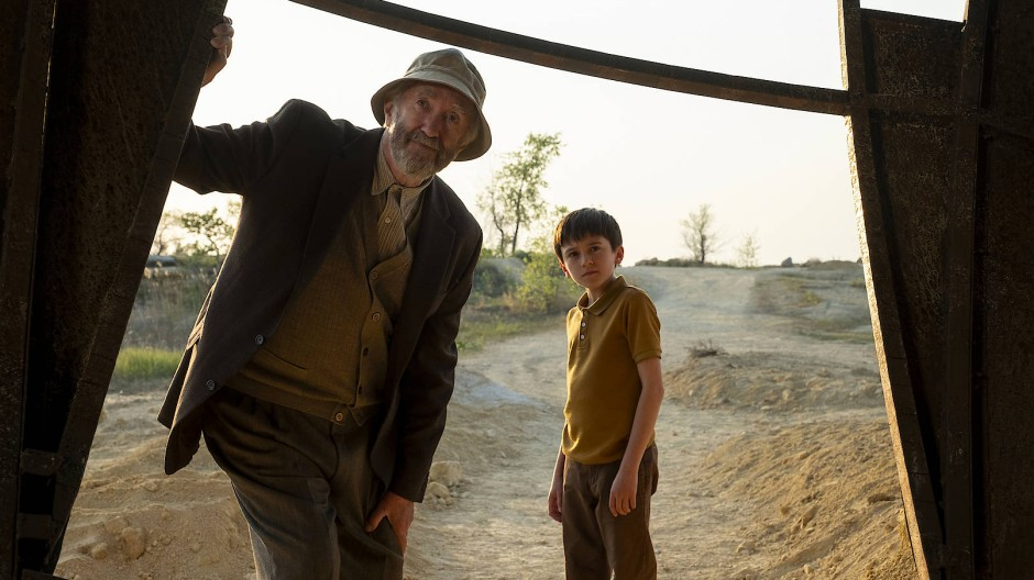 Hören, wie ihre Zukunft klingt: Großvater (Jonathan Pryce) und Enkel (Duncan Joiner) in Tales from the Loop.