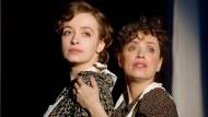 """Die Vorstellungen sind ausverkauft: Nellie (links) und Anna Thalbach spielen in """"Die Glasmenagerie"""" in der Komödie am Kurfürstendamm."""