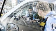 Achtung, Kontrolle: Polizeibeamte am Berliner Alexanderplatz.