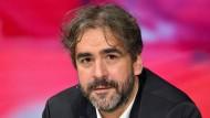 """Im """"Gewahrsam"""" der Istanbuler Polizei: Deniz Yücel, als er im vergangenen Jahr in der ZDF-Talkrunde """"Maybrit Illner"""" zu Gast war."""