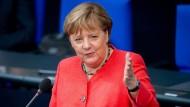 Steht Rede und Antwort: Bundeskanzlerin Angela Merkel am heutigen Mittwoch im Bundestag in Berlin.