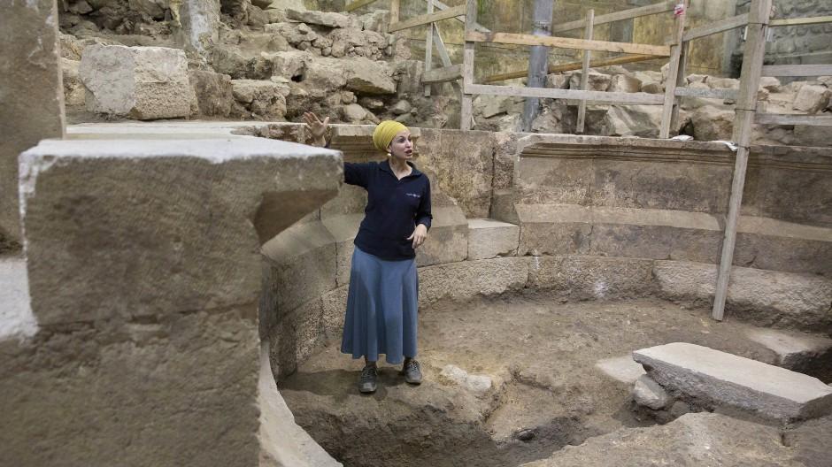 Stein auf Stein: Tehila Lieberman von der israelischen Altertumsbehörde erklärt die Gegebenheiten vor Ort.