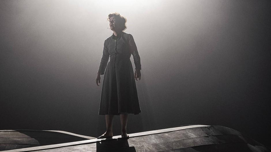 """Sie allein hätte uns viel erzählen können: Gjertrud Jynge in Luk Percevals Inszenierung der """"Trilogien"""" von Jon Fosse"""