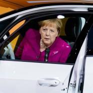 Bundeskanzlerin Angela Merkel am Donnerstag auf der Automesse IAA. Sie entsteigt einem Volkswagen. Es ist natürlich kein Diesel, sondern das Elektrogefährt ID.3.