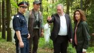 Sie stehen im Wald: Die Kommissare Moritz Eisner (Harald Krassnitzer, dritter von rechts) und Bibi Fellner (Adele Neuhauser) bei der Spurensicherung.