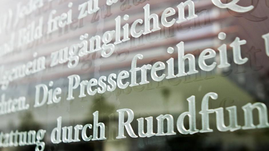 Pressefreiheit nach Artikel 5 Grundgesetz: Glaswand vor dem Jakob-Kaiser-Haus in Berlin, in dem sich die Büros vieler Bundestagsabgeordneter befinden.