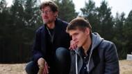 Claus (Tobias Moretti, links) und sein Jüngster (Merlin Rose) an dem Ort, an dem Hannes tot aufgefunden wurde.