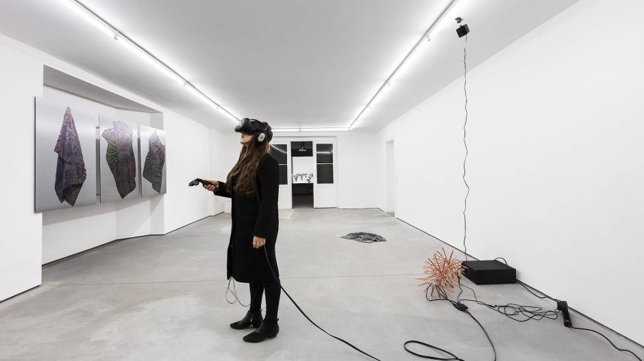 Die Betrachterin mittendrin: HD/VR Sculpture von Spiros Hadjidjanos.