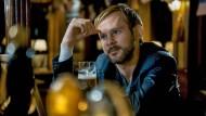 Diesmal ohne Pippin: Tommy Conley (Dominic Monaghan) versucht sich in einer Bar von seinem privaten Kummer abzulenken.