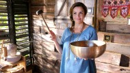 Gibt sich nicht so leicht geschlagen: Mutter Claudia (Rebecca Immanuel) möchte eine Hochzeit ohne Energieblockaden.