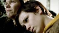 Kato (Lynn Van Royen, rechts) würde ihrer Mutter Kristel (Inge Paulussen) gerne Trost spenden, doch kann diese sie nicht sehen.